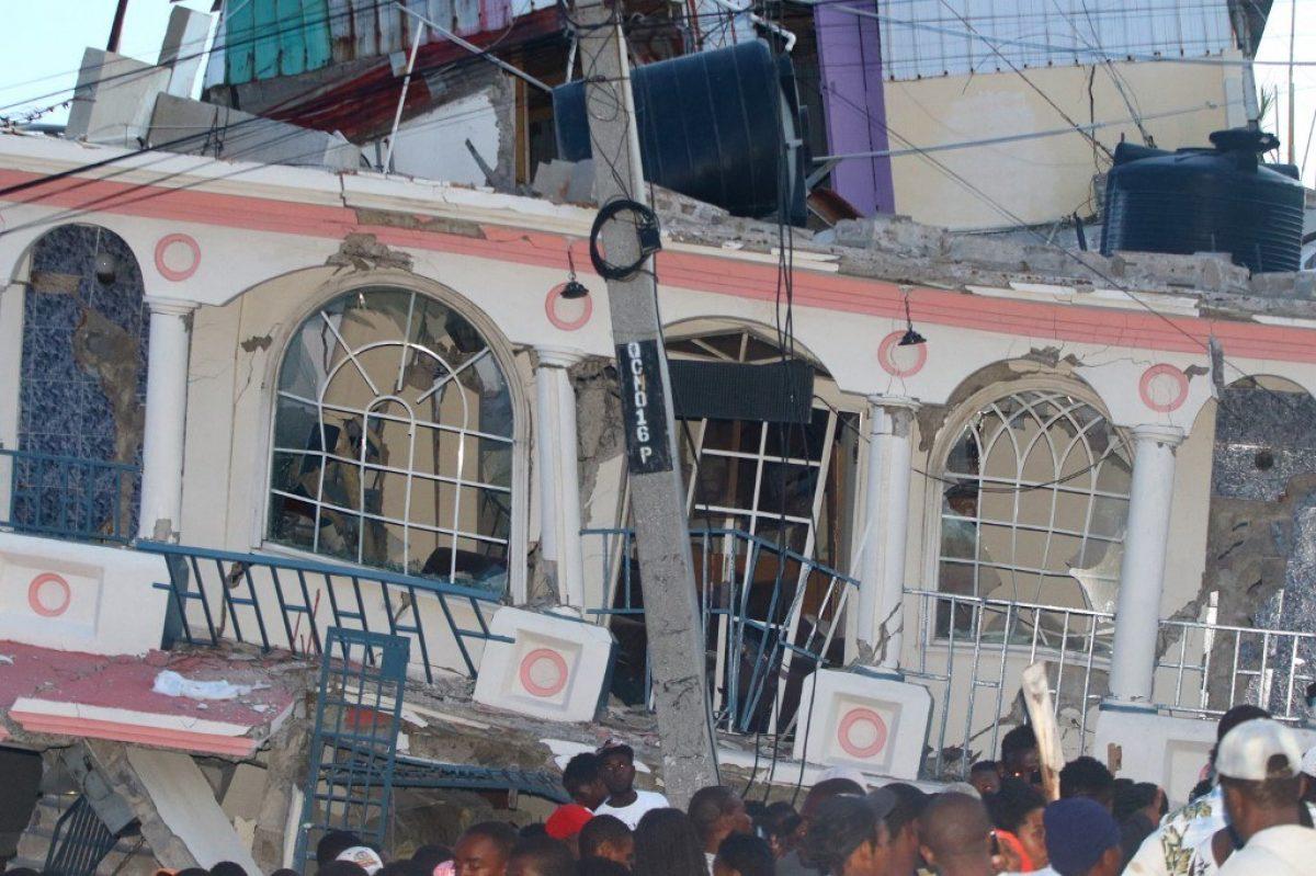 Rescatan a una mujer y un niño de los escombros en Haití