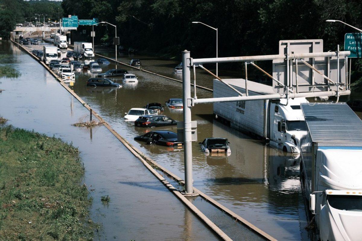 Neoyorquinos reparan destrozos después de precipitaciones récord