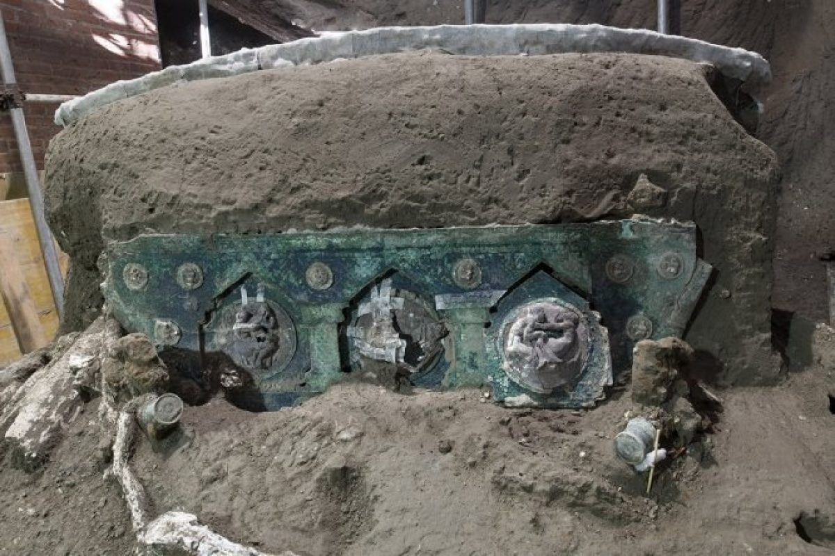Descubren antigua carroza ceremonial romana casi intacta en Pompeya