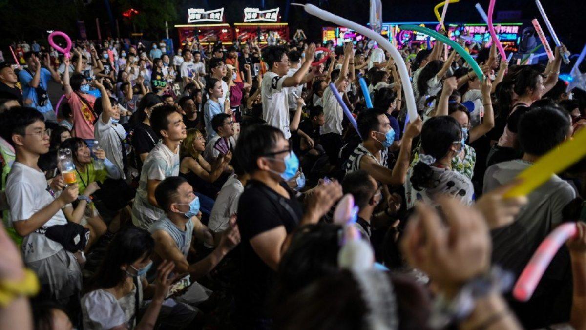 Habitantes de Wuhan dejaron de usar mascarillas y regresan a su vida normal tras superar la pandemia
