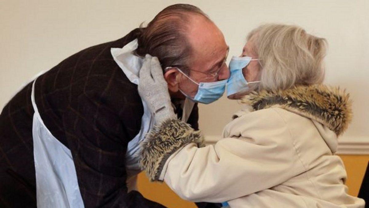 FOTO | Así fue el emotivo reencuentro de dos abuelitos separados por la pandemia