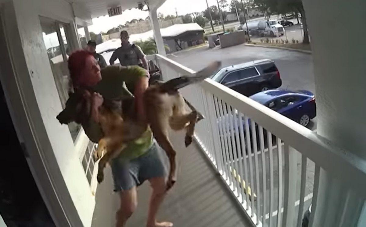 Tiró a su mascota desde el segundo piso antes de ser detenida