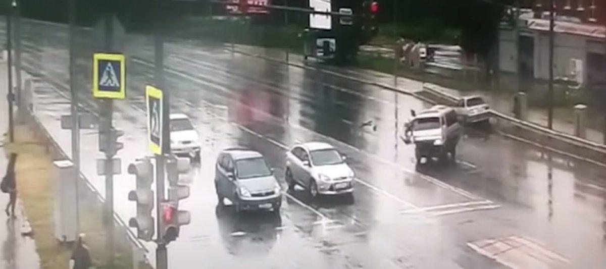 VIDEO: Un policía le salva la vida a un niño en un accidente en Rusia