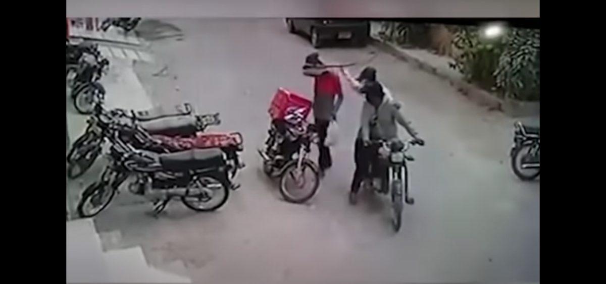 VIDEO: Ladrones devuelven pertenencias a mensajero tras verlo llorar