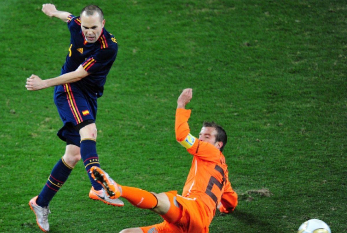 Hicieron una estatua de Andrés Iniesta desnudo por su gol en el 2010 y las redes estallaron con los memes