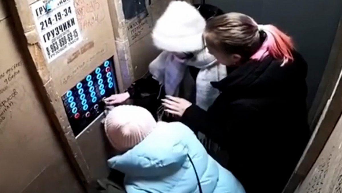 VIDEO | Un ascensor se precipitó a tierra con tres personas en su interior