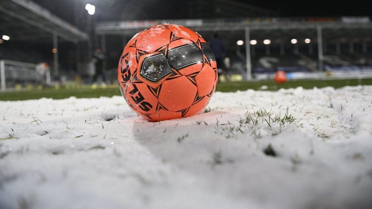 FOTO: Futbolistas con uniforme blanco se vuelven casi invisibles debido a una fuerte nevada durante su partido