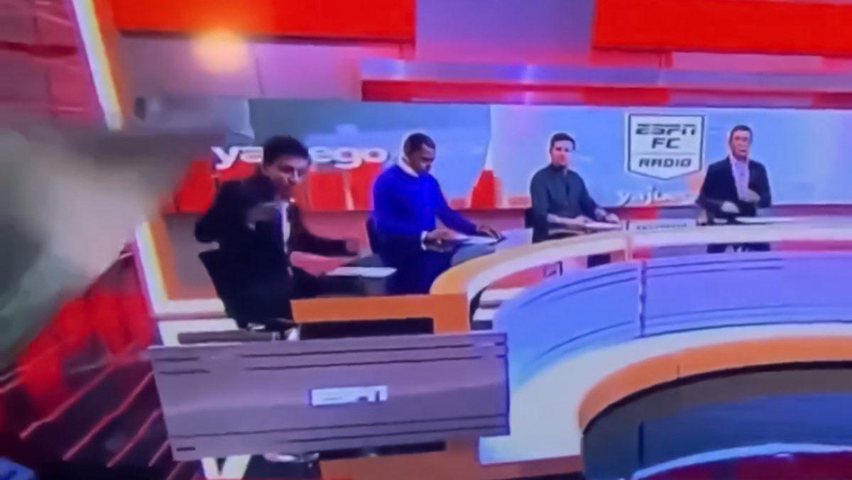 Una pantalla gigante aplastó a un periodista colombiano en un programa en vivo