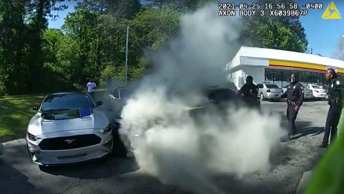 Cinco policías salvan a una persona atrapada en un carro incendiado