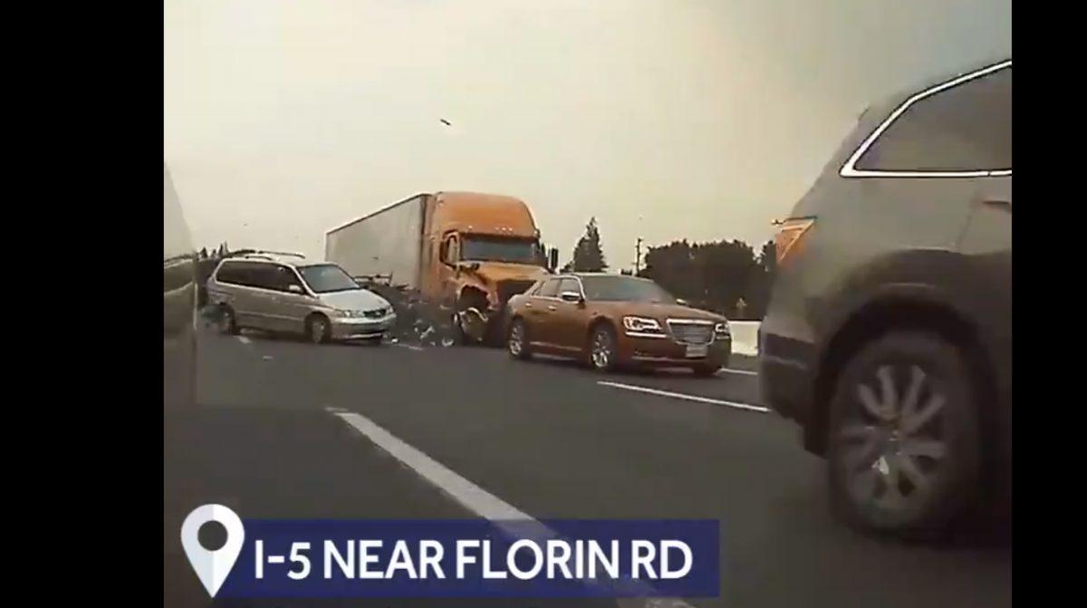 VIDEO: Un camión articulado provoca un fatal accidente en cadena con 11 automóviles