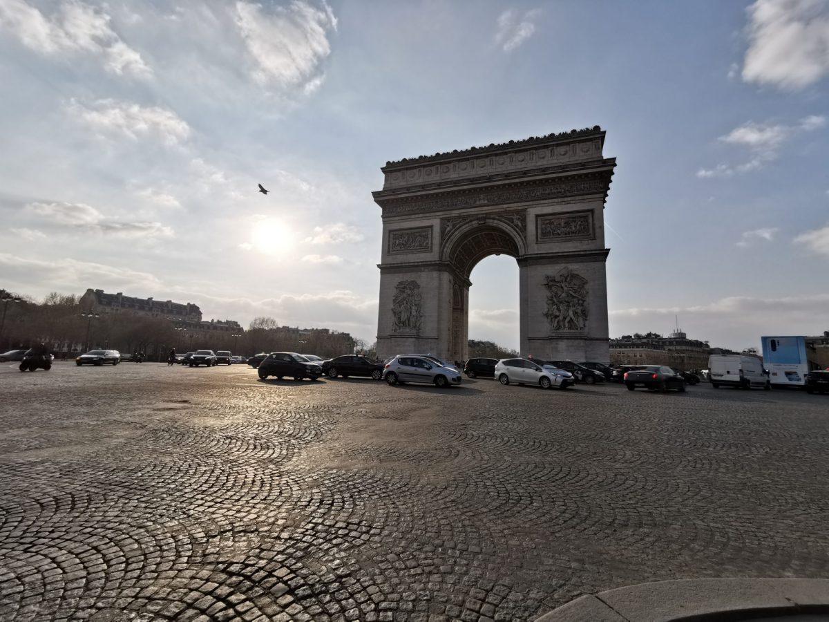 Policía levanta alerta de bomba en el área del Arco de Triunfo de París