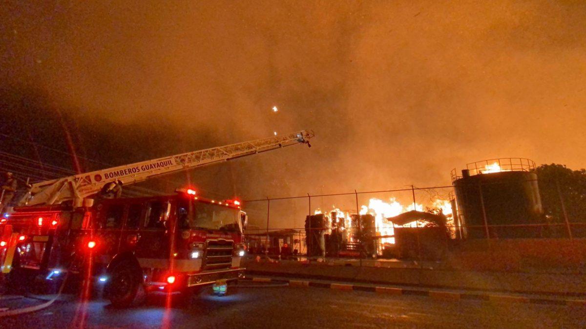 Vía Durán - Tambo cerrada debido al incendio en una fábrica de cartón