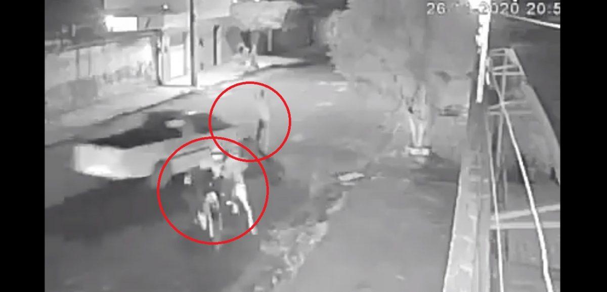 VIDEO | Ladrones fueron atropellados cuando intentaban asaltar un carro