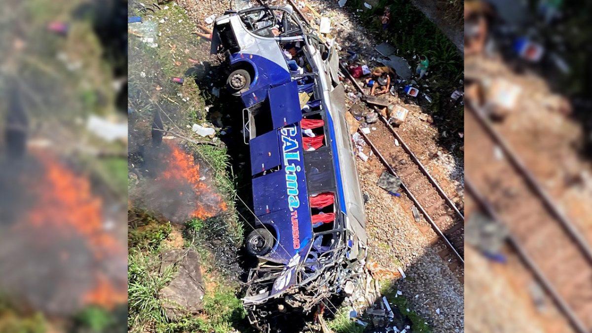 VIDEO: Al menos 16 muertos al caer un autobús a un barranco en el sureste de Brasil