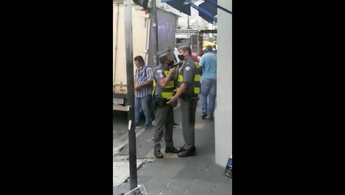 VIDEO: Un policía apunta con su arma a su compañero por llegar 5 minutos tarde