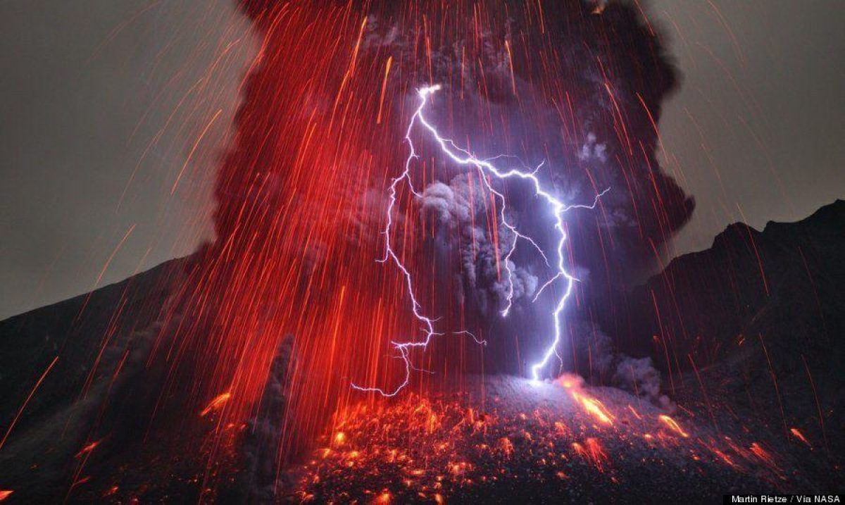 Cámaras captaron un relámpago cuando golpea el cráter de un volcán en plena erupción