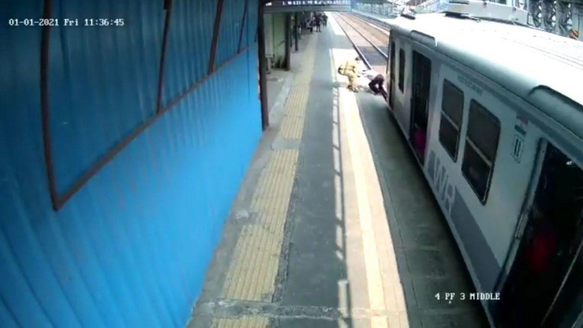 ¡Insólito! Un hombre salvó a una persona de 60 años que estaba atrapado en las vías de un tren