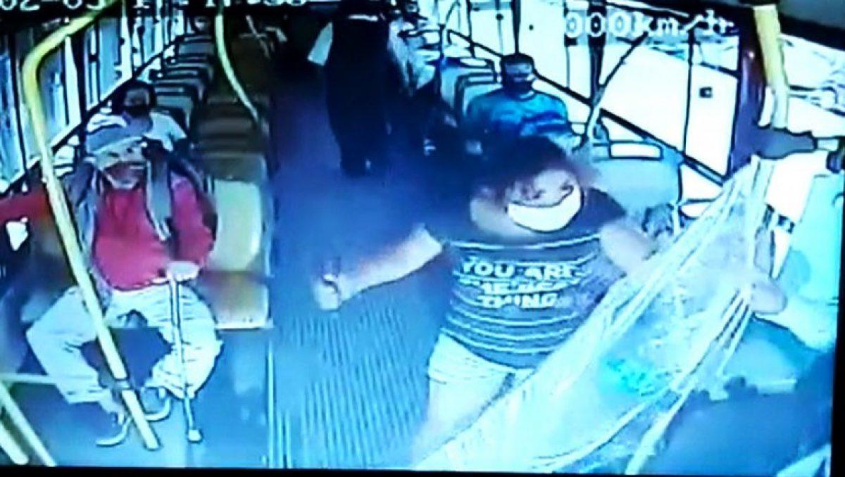 VIDEO   Le pidió a la pasajera que se ponga la mascarilla y ella lo acuchilló