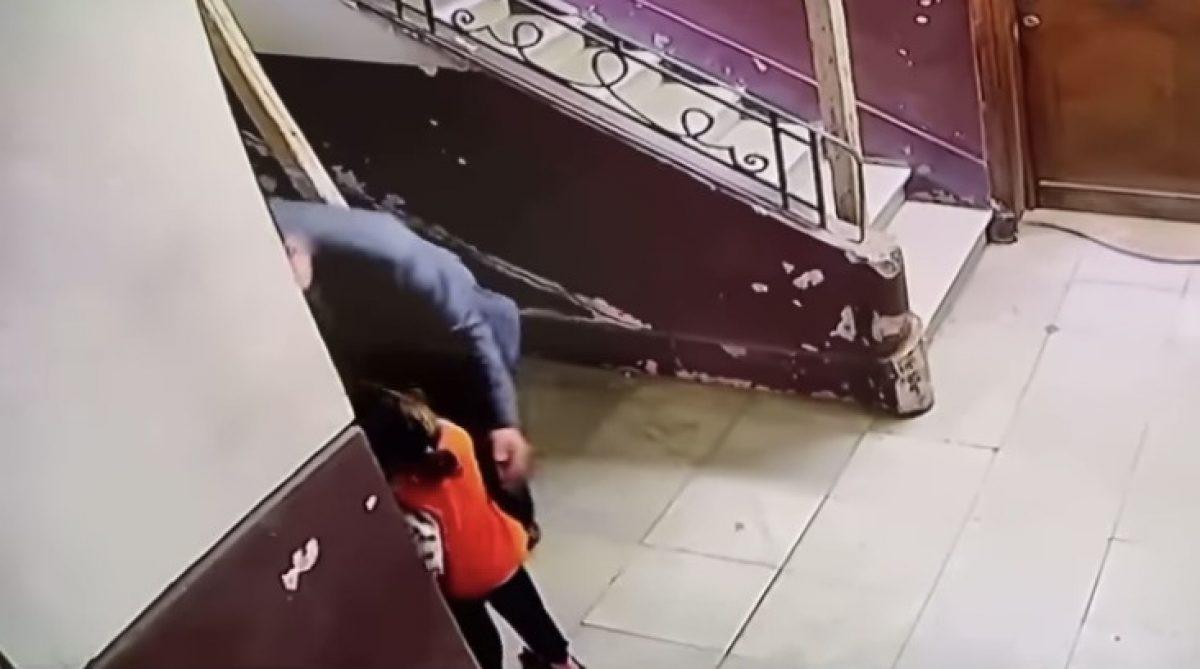 Una mujer salva a una niña de un pedófilo gracias a una cámara de vigilancia