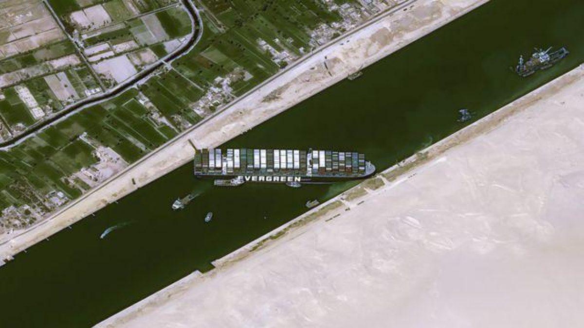 Sin fecha para desbloquear el canal de Suez en Egipto