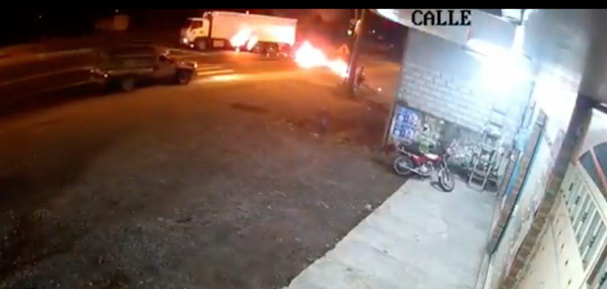 Motocicleta se incendió tras chocar contra un camión en Santo Domingo