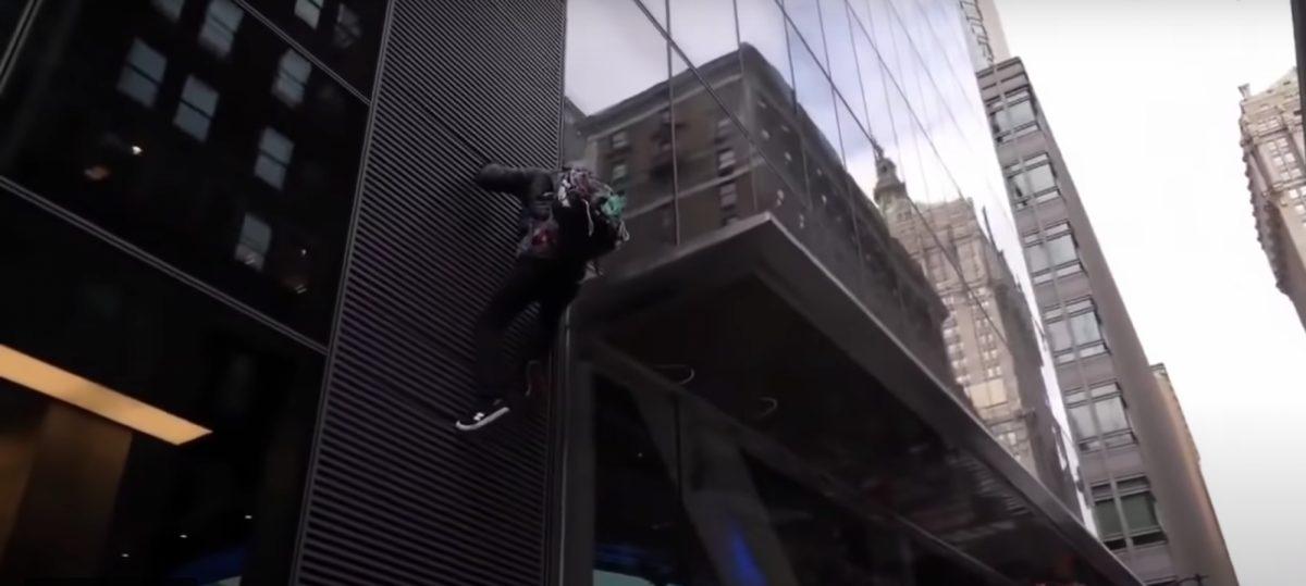 La caída de un manifestante al tratar de escalar el edificio  de un banco en Nueva York