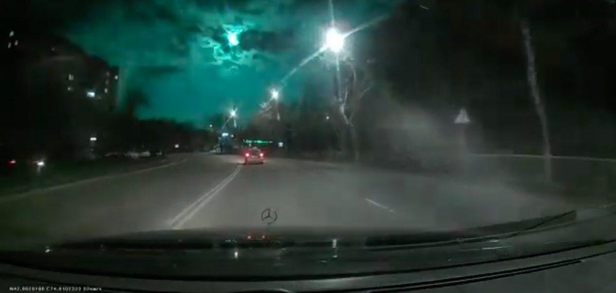 Una bola de fuego convirtió verde el cielo nocturno de Asia Central por unos segundos