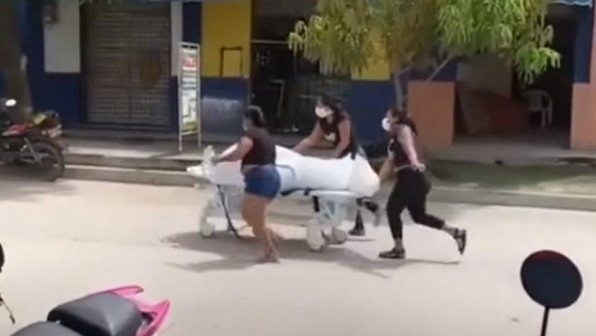 Familia roba el cadáver de hombre que murió por Covid-19 y lo lleva en camilla para sepultarlo