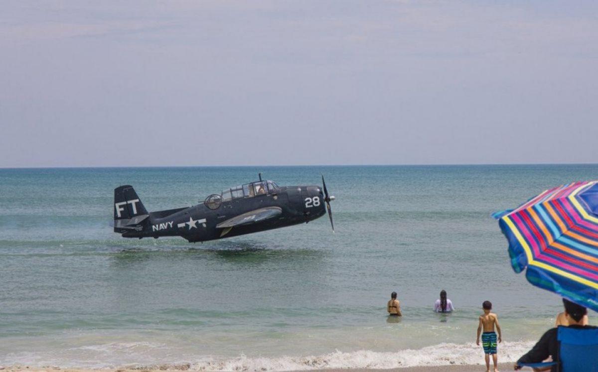 Avión de la Segunda Guerra Mundial ameriza en una playa llena de turistas