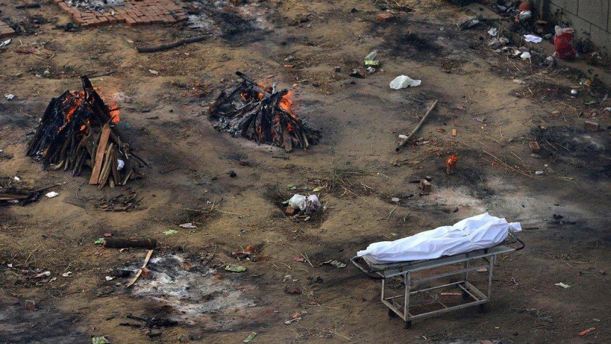 Crematorios masivos al aire libre: las dramáticas fotos del coronavirus en India