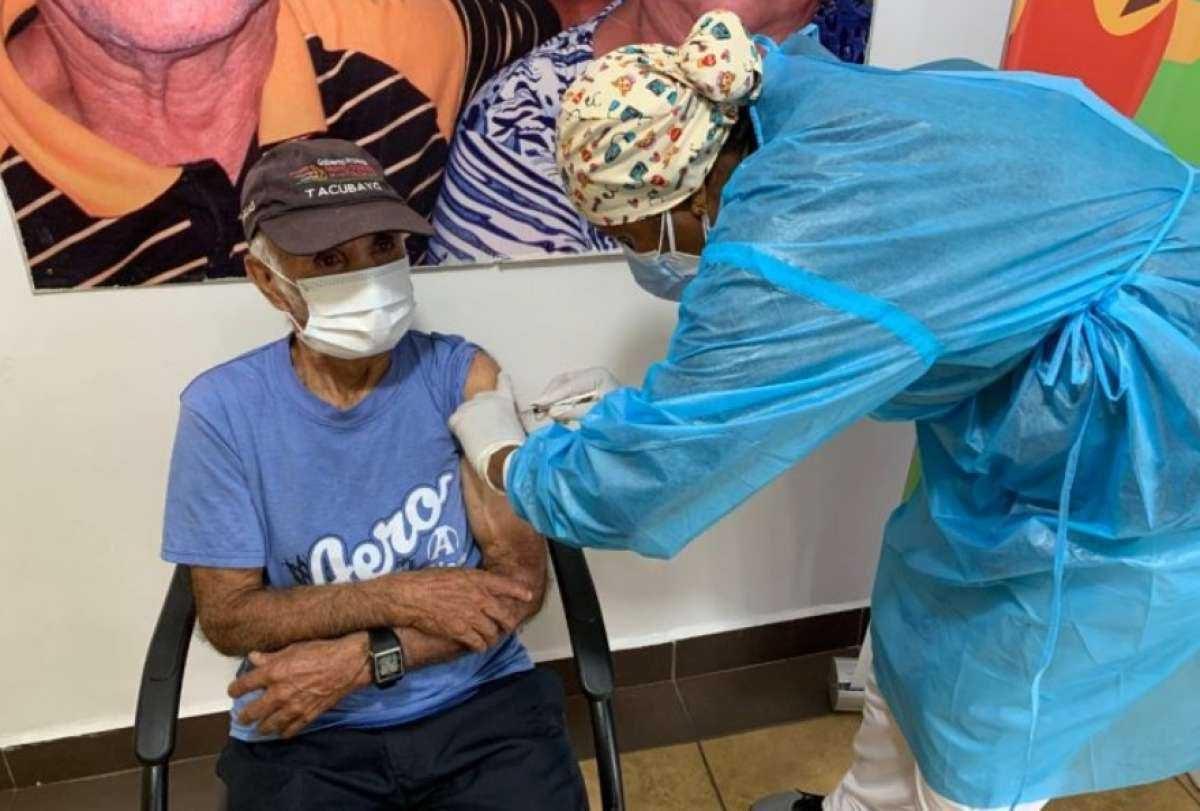 Continúa proceso de vacunación a adultos mayores del país