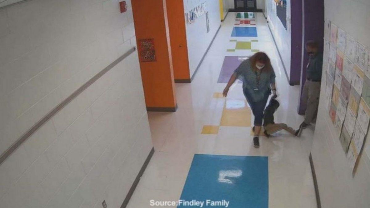 Maestra renuncia tras arrastrar a un alumno de 6 años por los pasillos de su escuela