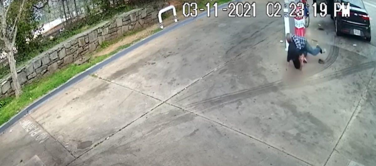 Un anciano derriba a un hombre que intentaba robarle su auto
