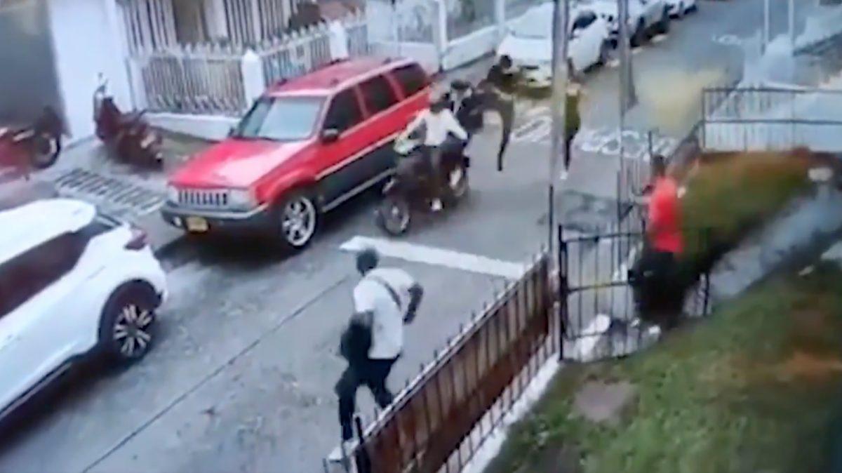 Un hombre detiene de una patada voladora a dos ladrones en moto