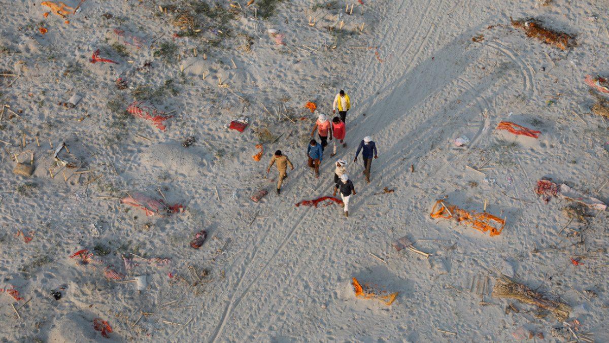 Hallan cadáveres enterrados en las orillas de río en India