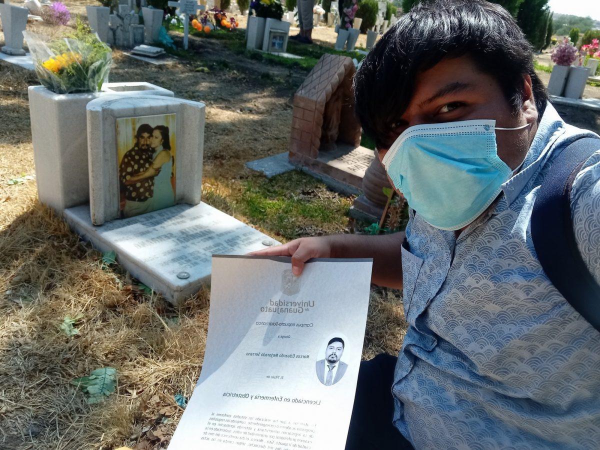 Joven conmueve al llevar título a la tumba de sus padres