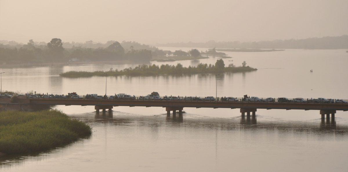 Un barco con 160 pasajeros naufraga en Nigeria, decenas de desaparecidos