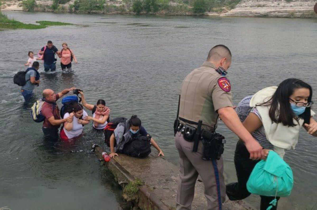 Venezolanos atraviesan un río para llegar a Estados Unidos