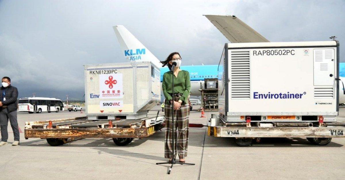 Llegaron al país 700.00 mil dosis de vacunas contra el Covid-19 desde China