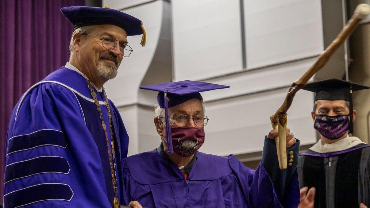 Un veterano de la Segunda Guerra Mundial obtiene su título universitario