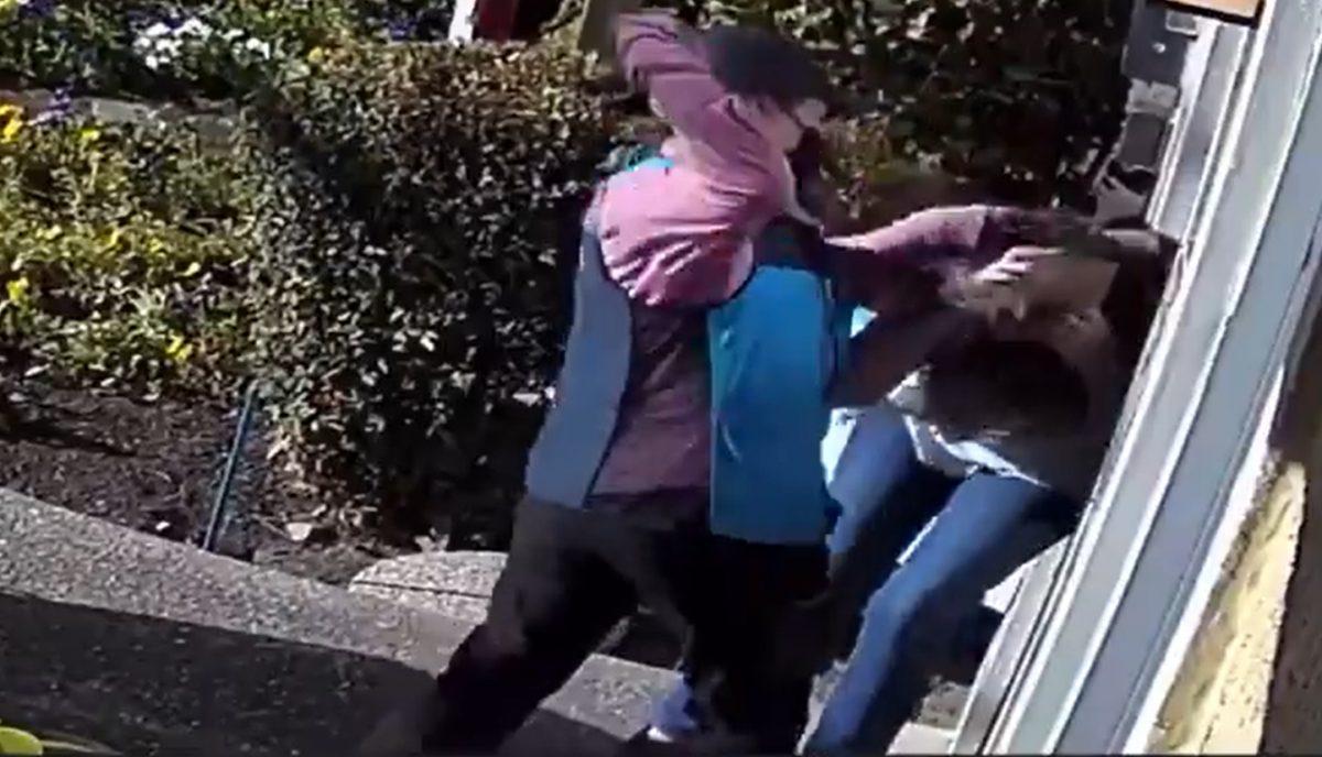 Trabajadora de Amazon golpeó a una anciana en la cabeza