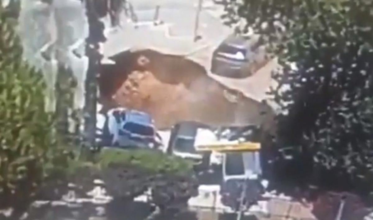 Mira el gran socavón que se tragó varios autos en un hospital de Jerusalén