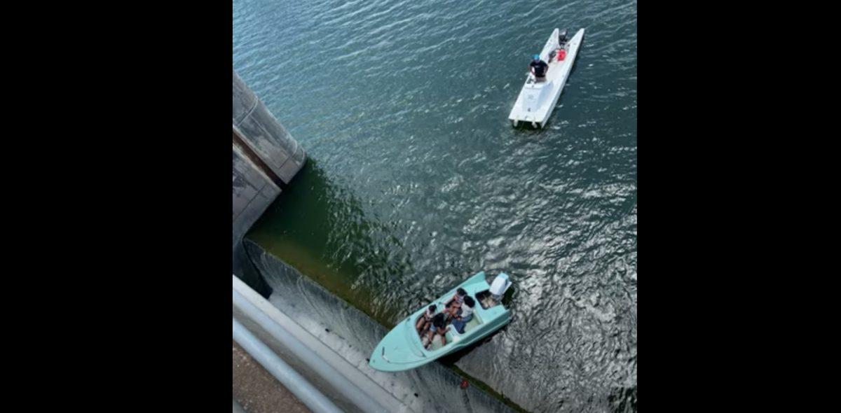 El impresionante rescate de un bote que quedó colgando de una represa