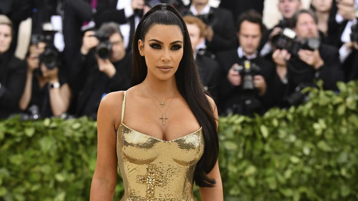 Acusan a Kim Kardashian de distorsionar su figura en un video