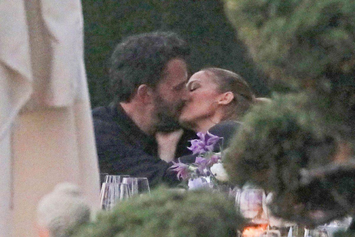 JLo y Ben Affleck fueron captados besándose en romántica cena