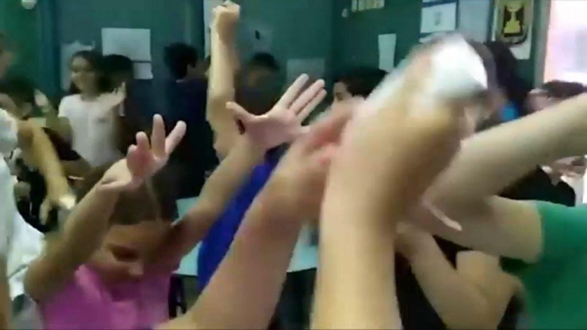 Niños reaccionan emocionados al enterarse que ya no usarán mascarilla en Israel