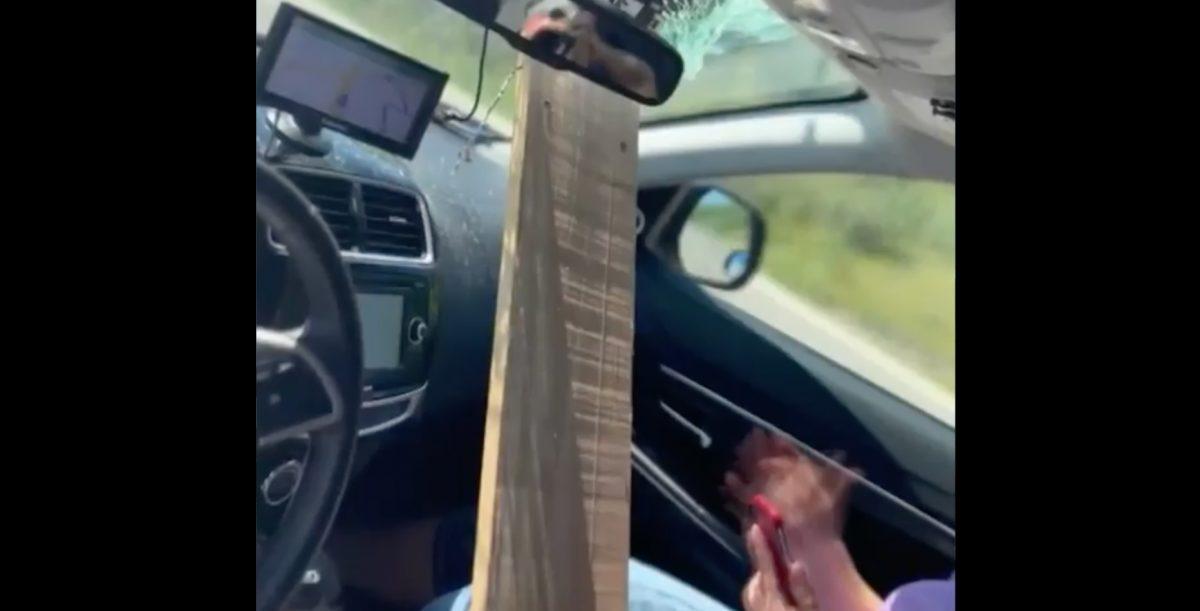 Tabla de madera impacta en el parabrisas de un auto: pasajeros salieron ilesos