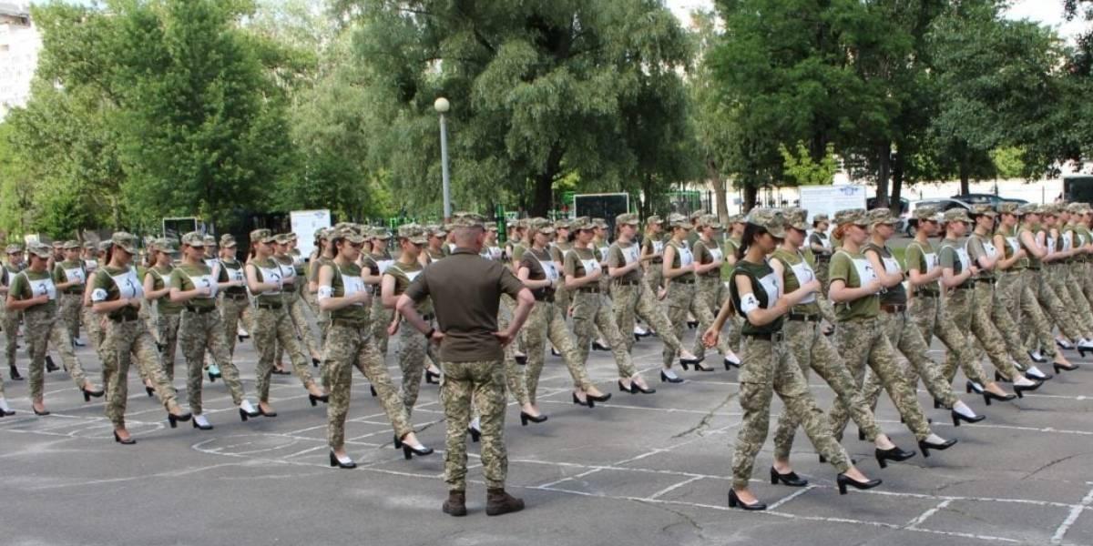 Le exigen a mujeres soldados desfilar con tacones en Ucrania