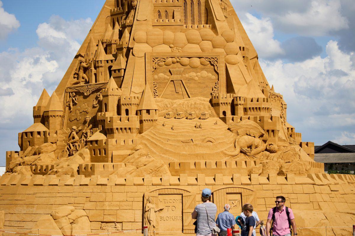 Construyen el castillo de arena más alto del mundo inspirando en el Covid-19