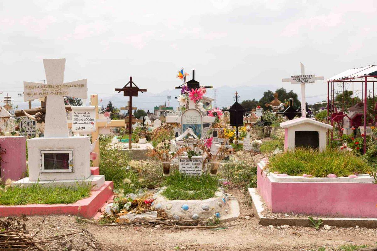 """Llevó a su novio al cementerio para """"desenterrar una fortuna"""" y lo terminó matando"""
